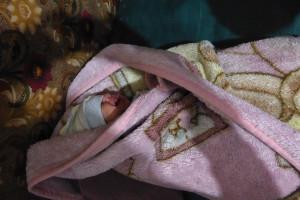Bébé-dans-linge-de-fortune