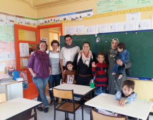 Premier contact entre les enfants d'Abdul Sattar et leur nouvelle maitresse, en compagnie d'un frère de la communauté de Taizé en France